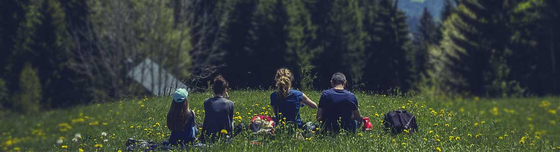 der-wanderfuehrer- Famile pausiert beim Wandern und Abenteuer